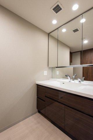 クレアホームズ北浦和楓雅の邸:三面鏡が付いた明るく清潔感のある洗面化粧台です!