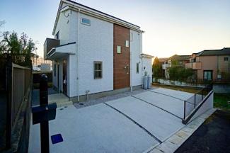 カースペースは3台駐車可能! 閑静な住宅街に堂々とした外観が目を引きます。! 日当りの良さが伝わりますね!
