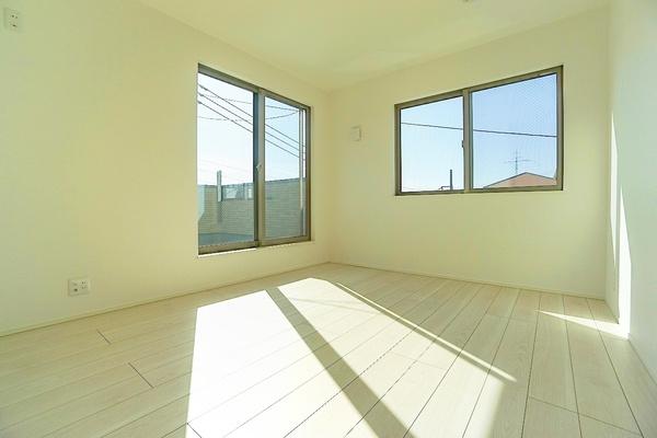 窓が大きく、明るいお部屋です! 開放的な空間♪
