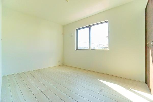 窓からは明るい陽射し! 人の目線も気になりません。 ずっと居たくなる気持ちの良いお部屋ですね!