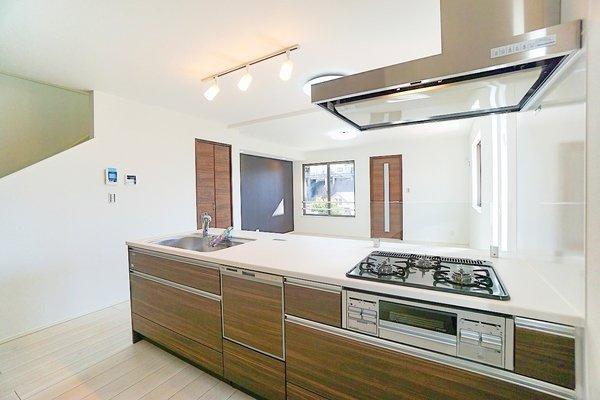 充実の設備がついたキッチン! 食洗器付きなのは家事の負担を軽減してくれる嬉しいポイント♪ 新品のキッチンは気持ちが良いですね!