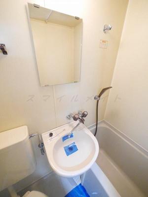 お風呂には小さな洗面台
