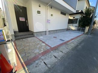 駐車スペースです。外観がお洒落なデザイナーズハウスです。