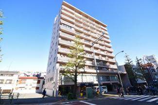 重厚感のあるSRC造の11階建てマンション。