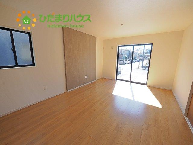 リビングの大きい窓からの光が入って開放的なレイアウト。明るい色の床なのでどんな家具にもマッチします☆彡