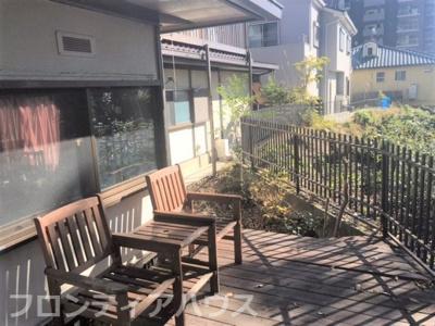 西側から神戸を見下ろす眺望があり、屋外テラスを置くには良いスペースです。