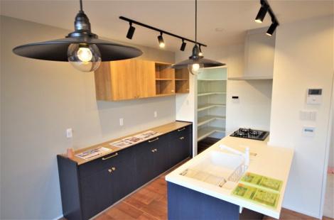 収納たっぷりのカップボード、大容量のパントリーに通じている明るいキッチン! お洒落な照明器具がそのまま付いてきます。