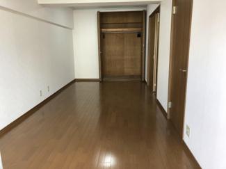 洋室10.5帖のクローゼット収納。棚板やパイプハンガーがあり、空間を有効に活用することが出来ます。
