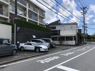 現地敷地内駐車場です。最新の空き状況につきましては、お問い合わせください。