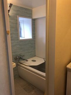 淡いパステルカラーがアクセントになった浴室。窓があるため、湿気がこもらずお掃除にも便利です。