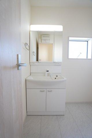 温水シャワー付洗面化粧台です。タオルハンガーが壁にあります。