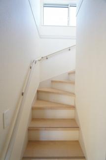 窓があり明るい階段です。手すりもあり安心です。キッチンのドア1枚向こうにある階段なので、家族の様子が分かりやすいですよ。