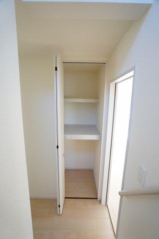 1階階段前の収納スペースです。