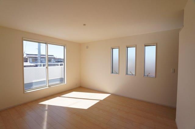 3連窓のあるおしゃれな寝室です。寝室にTEL配管があります。