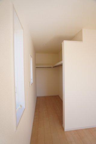 寝室のWICはドアがなく出し入れしやすいのが嬉しいですね。