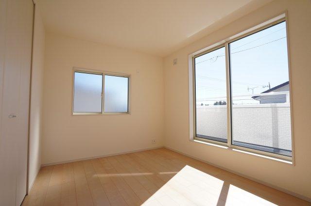6帖洋室からバルコニーに出られます。南向きで明るあたたかいお部屋です。