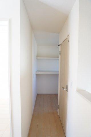 2階納戸です。棚が設置されていてたくさん収納できますよ。