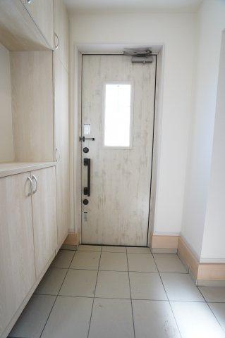 玄関ドアと玄関収納の統一感があるおしゃれな玄関です。玄関ドアからの採光も入りますよ。