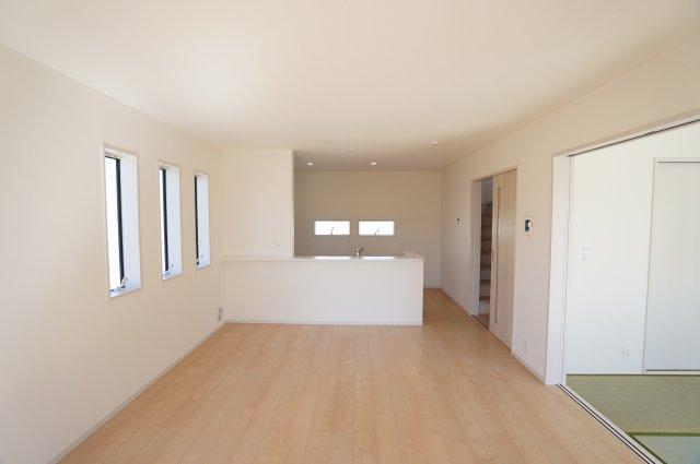 16帖のLDKにどんな家具を置こうか考えるのが楽しくなりそうですね。3連窓がありおしゃれなお部屋です。