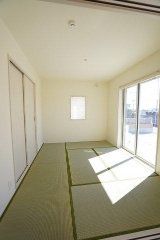 6帖の洋風和室です。南向きであたたかなお部屋でお昼寝できますね。お子様の遊ぶスペースとしても良いですね。
