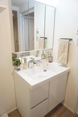三面鏡付で朝の身支度がはかどる洗面化粧台にリフォーム済。