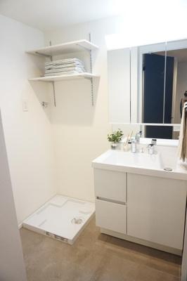 洗濯機置き場にはリネン類や洗剤の収納に便利な可動棚付。