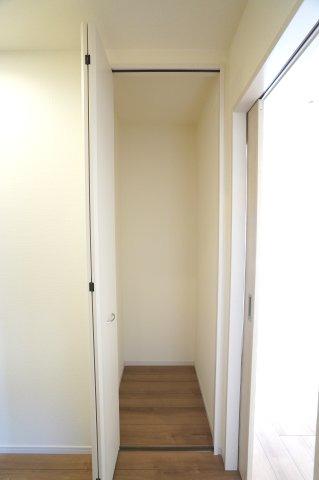 1階廊下 掃除機等のお掃除用具を収納するのに便利です。