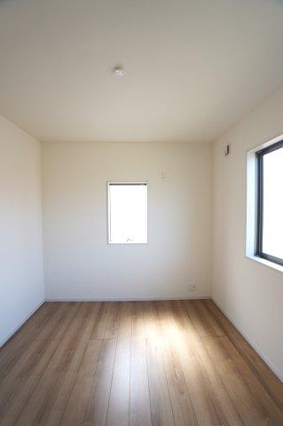 2階5.34帖 窓が2面ありますので、気持ちのよい風が入ってきそうなお部屋です。
