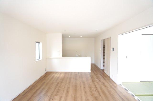 16帖 直線的なリビングなので家具のレイアウトもしやすいですね。