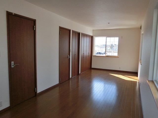 2階12.2帖洋室 2ドア 分割可能です。