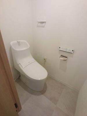 温水洗浄便座付のトイレです。 タオル掛けや吊戸棚がついているため室内を清潔にスッキリ保てます。