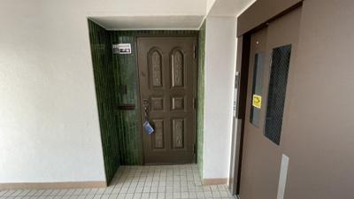 オシャレな玄関扉です。エレベーター横なのでお買い物帰りも便利です。