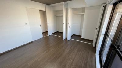 大容量の収納付きの洋室です。バルコニーもあります。