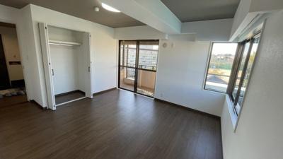 明るく広々とした洋室です。収納とバルコニーがあります。