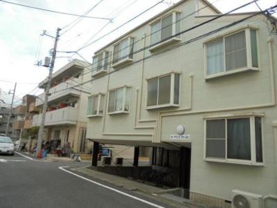 1階表記ですが、ほぼ2階です。屋根のある駐車場(有料)が階下にあるアパートなのです。