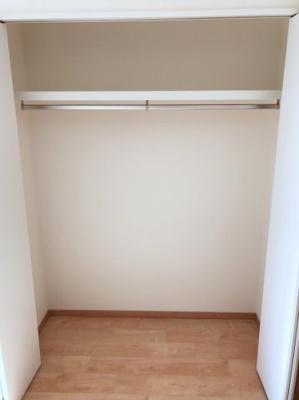南東側の洋室のクローゼットです♪横幅がしっかりあるのでたくさん収納できますよ♪