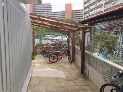 屋根付きの駐輪場です♪