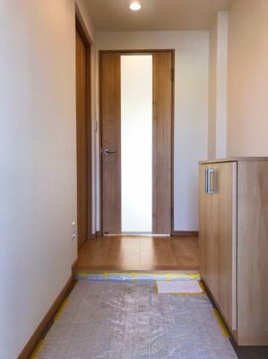 奥行のある玄関です♪奥の扉を開けるとLDKに続いており、左手の扉が北側の洋室に続いています♪