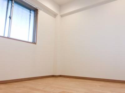 北側の洋室です♪正方形で家具の配置がしやすいです♪玄関横なのでゲストルームとしても活躍しそうです♪