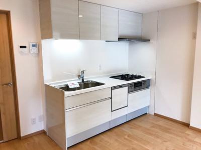 食洗器付きのシステムキッチンです♪高級感のあるホワイトカラーです♪濃いめのフローリングカラーともあいますね♪