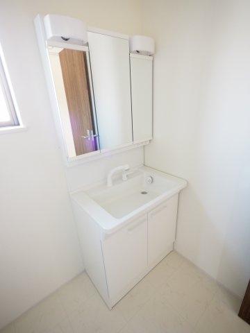 鏡の裏に収納スペースがございます。日用品のストック管理もしやすいです。