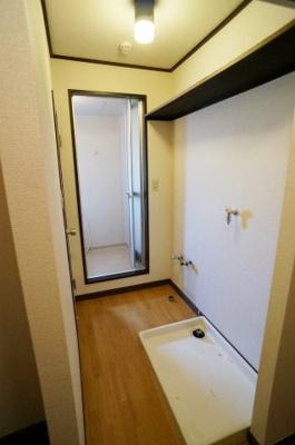 洗面所にある室内洗濯機置き場です♪防水パンが付いているので万が一の漏水にも安心です!
