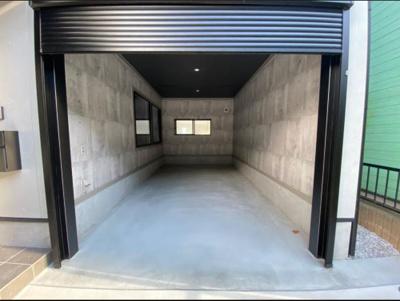 【ガレージ】本物件一押しの大型ガレージ。車やバイクの趣味がある方にはもちろん、DIYや軽作業にも適したプライベートなスペースにもなります。