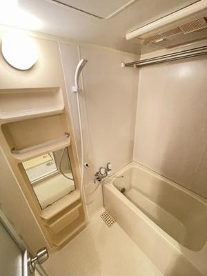 追い焚き機能・浴室換気乾燥機付きバスルーム♪雨の日のお洗濯にも便利な物干しバー完備です!お風呂に浸かって一日の疲れもすっきりリフレッシュ♪