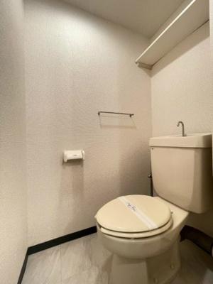 人気のバストイレ別です♪小物を置ける便利な棚やタオルハンガーも付いています♪