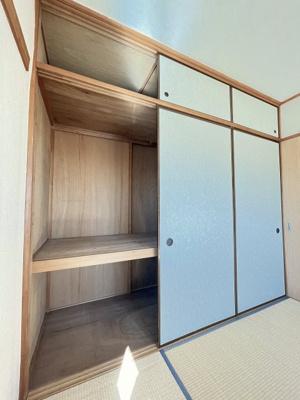 和室6帖のお部屋にある天袋付き押入れです!押入れは寝具など、かさ張りやすいものの収納にぴったり☆