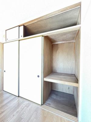 洋室6.2帖のお部屋にある収納スペースです!奥行きのある収納で、かさ張るお掃除用品などもすっきり収納できて便利!