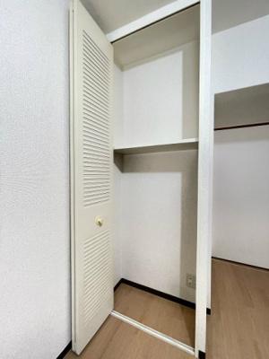 ダイニングキッチンにある収納スペースです♪高さのある収納スペースで荷物をたっぷり収納できます!