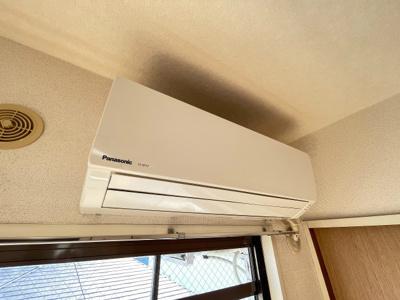 洋室6.2帖のお部屋には暑い夏や寒い冬に大活躍のエアコン付き!冷暖房完備で一年中快適に過ごせちゃいます♪