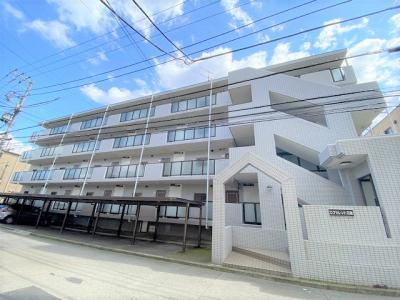 徒歩1分圏内に郵便局・コンビニ・ドラッグストアあり便利な立地のマンションです♪2沿線利用可能なグリーンライン「日吉」駅より徒歩圏内!
